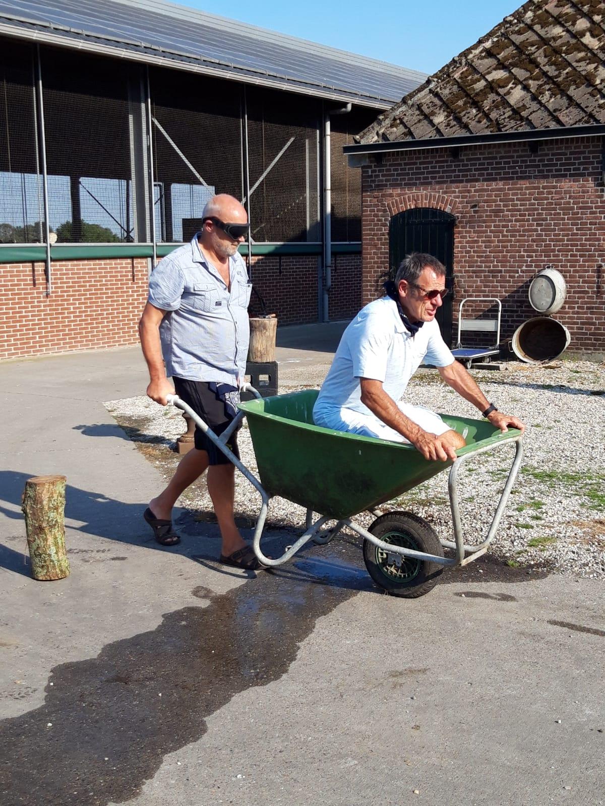 Boerderij bedrijfsuitje - boerderij activiteiten kruiwagenrace