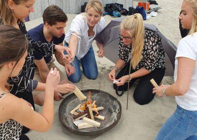 Bedrijfsuitje Expeditie Robinson - Activiteit vuur maken groep
