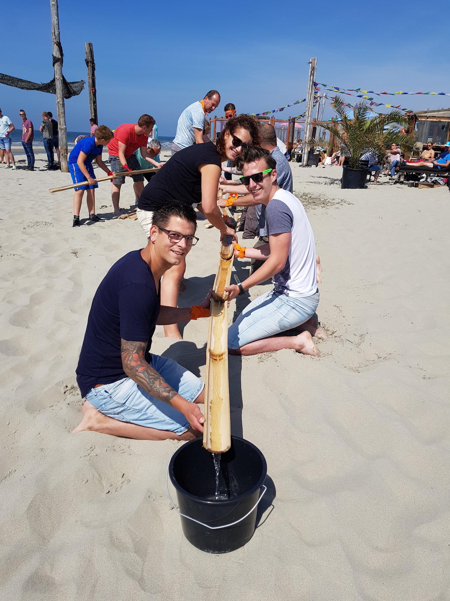 Bedrijfsuitje Expeditie Robinson - Activiteit water verplaatsen met bamboe