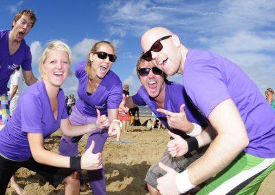 strand-bedrijfsuitje-groep-volleybal